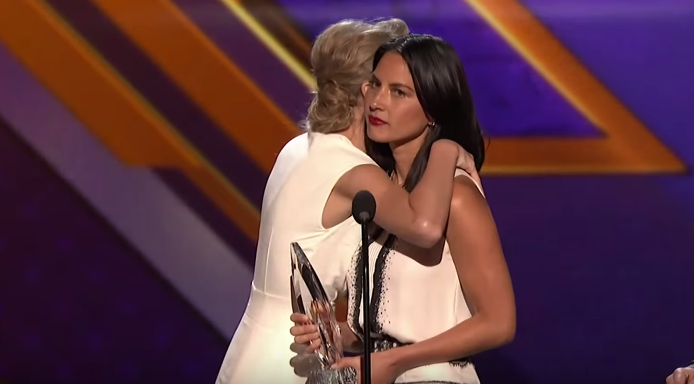 olivia-munn-hugging-taylor-swift-e1454763968962.png